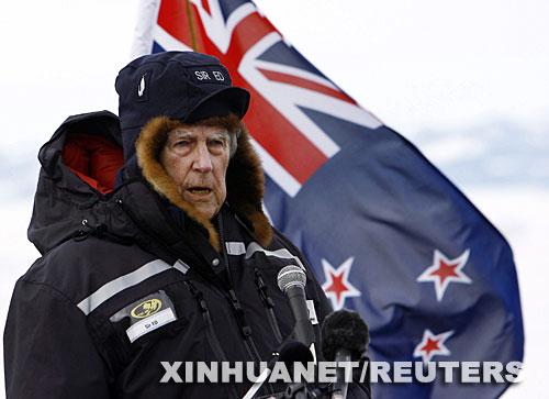 01 1月11日,新西兰总理海伦·克拉克宣布,首先登上珠穆朗玛峰的埃德蒙·希拉里已经去世,享年88岁。1953年5月29日,英国登山队的新西兰人希拉里和夏尔巴人丹增·诺盖从南坡登顶,成为目前被认可的最早成功登上珠穆朗玛峰的人。这是埃德蒙·希拉里2007年1月20日在南极洲的斯科特基地发表讲话的资料照片。 新华社路透