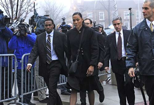 图文:女飞人琼斯被判刑六个月 沉重地走向法庭