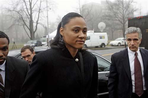 图文:女飞人琼斯被判刑六个月 脸色严峻无笑容