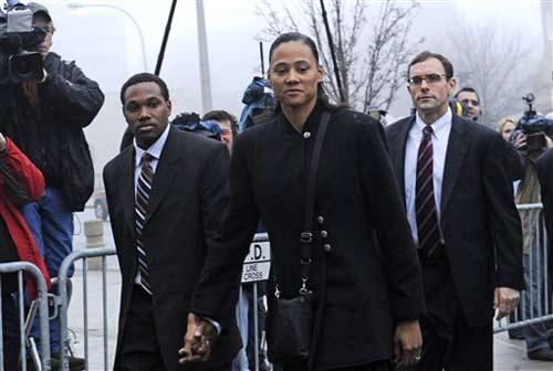 图文:女飞人琼斯被判刑六个月 法庭外等待宣判