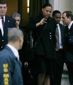 图文:琼斯被判入狱六个月 律师陪同走出法庭