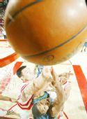 图文:[NBA]森林狼负火箭 姚明积极拼抢
