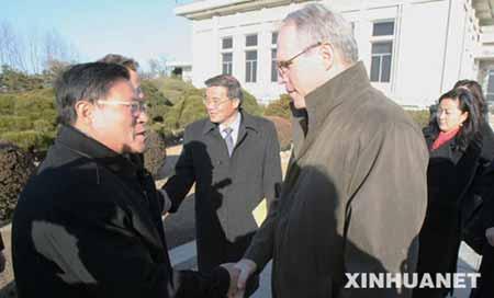 资料图片:12月5日,在朝鲜首都平壤,美国助理国务卿、朝核问题六方会谈 美方代表团团长希尔(前右)与前来送行的朝鲜外务省美洲局局长李根(前左)握手告别。希尔当天离开平壤,结束对朝鲜为期三天的访问。 新华社记者夏宇摄