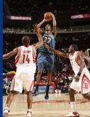图文:[NBA]火箭战胜森林狼 兰德里奋力防守