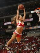 图文:[NBA]火箭战胜森林狼 拉拉美女飞身扣篮