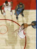 图文:[NBA]火箭战胜森林狼 斯科拉拼抢篮板