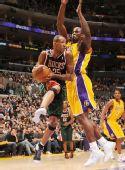图文:[NBA]雄鹿负湖人 威廉姆斯上篮