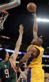 图文:[NBA]雄鹿负湖人 拜纳姆勾手