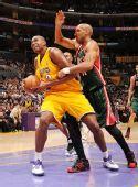 图文:[NBA]雄鹿负湖人 拜纳姆护球