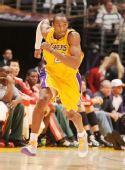 图文:[NBA]雄鹿负湖人 科比奔跑