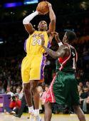 图文:[NBA]雄鹿负湖人 科比空中投篮
