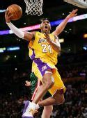 图文:[NBA]雄鹿负湖人 科比篮下得分