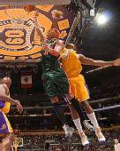 图文:[NBA]雄鹿负湖人 维拉纽瓦上篮
