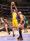 图文:[NBA]雄鹿负湖人 阿里扎投篮