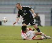 图文:汉堡4-0国足 肇俊哲被对手推倒在地