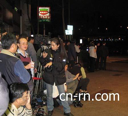 民进党惨败,媒体在中央党部苦苦守候,记者会举行时间一延再延,一直没人露面。