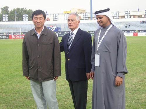 图文:迪拜赛汉堡4-0国足 南勇和迪拜高官合影