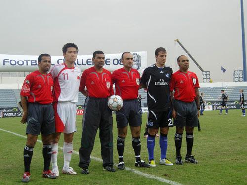 图文:迪拜赛汉堡4-0国足 肇俊哲和范德法特