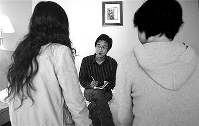 记者与传销女青年面对面