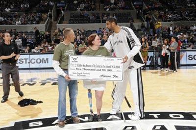 图文:[NBA]马刺主场胜森林狼 邓肯捐款
