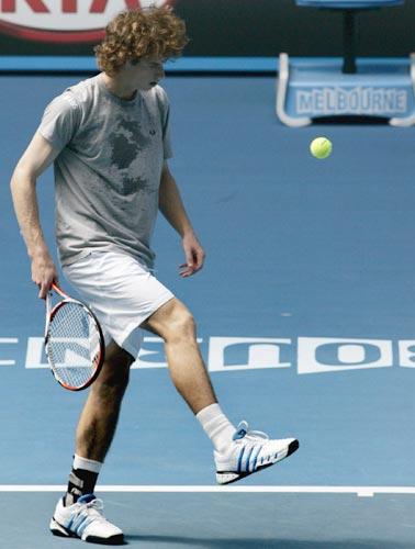 图文:穆雷积极训练备战澳网 用脚踢网球