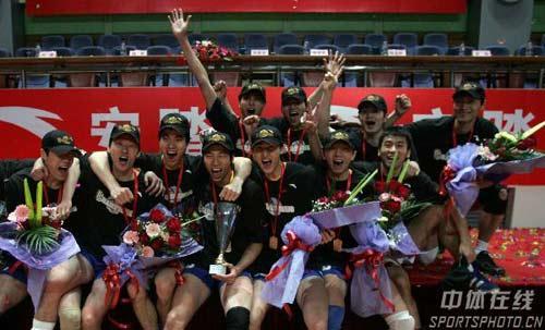 图文:男排总决赛上海夺冠 捧起奖杯欢呼雀跃