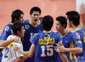 图文:男排总决赛上海夺冠 比赛当中集体加油