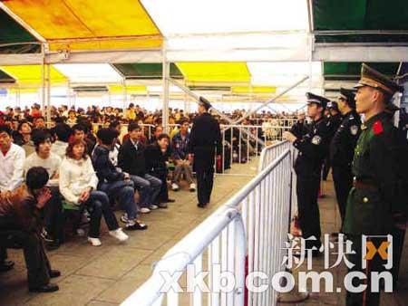 ■前、昨两日,广州火车站购票客流骤增,广铁警方启动紧急预案,增援警力疏导人流。新快报记者 陈昆仑/摄