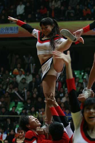 图文:CBA全明星高校拉拉队助兴 美女激情热舞