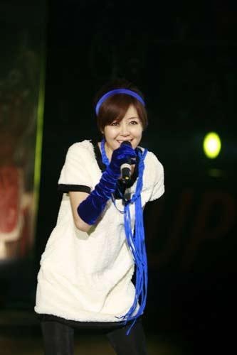 图文:安又琪扮靓全明星赛 蓝色头戴表球迷身份