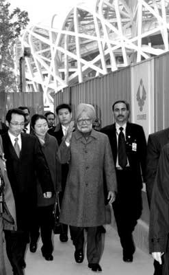 """昨天,刚刚抵达中国访问的印度总理曼莫汉·辛格在北京参观2008奥运工程展示中心。这是辛格从国家体育场""""鸟巢""""旁走过。 新华社记者 刘卫兵 摄"""