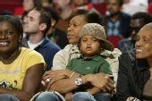 图文:[NBA]黄蜂VS火箭 明星汤普森助阵