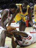 图文:[NBA]黄蜂VS火箭 兰德里倒地拼抢