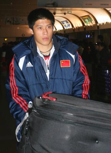 图文:国足返京  张耀坤直视前方
