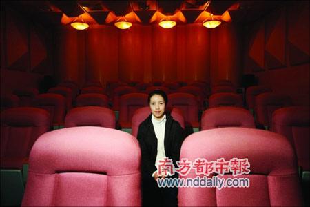 马晓凤坐在珠江钢琴厂的试音室,来广州10年她仍然是黑龙江户口。本报记者孙涛摄