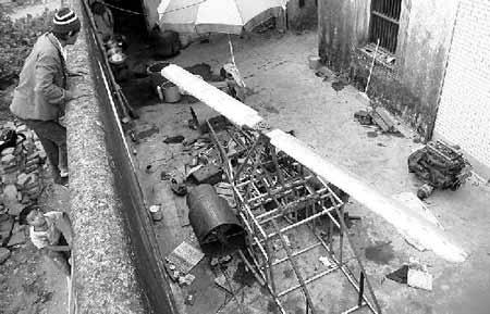 """这架飞机 """"盘踞""""了大半个庭院,全身长4米,高约2米,基本框架已经做好。"""