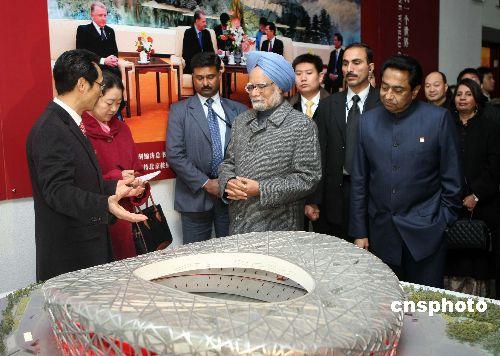 """图为辛格参观北京奥运会主会场国家体育场——""""鸟巢""""的模型。"""