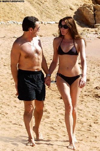 萨科齐与布吕尼在埃及沙姆沙伊赫海滩畅游的照片