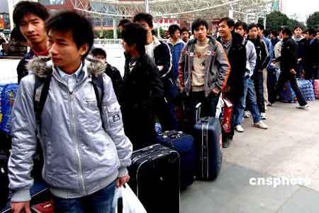 来自湖北一职业技术学院二百多名在福州实习的学生在福州火车站广场前排起长队准备乘坐当日的火车踏上回家的旅途,以避开铁路春运高峰期提前返乡。