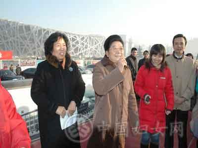 2008年元月11日上午,全国妇联与北京市妇联在奥运工地—鸟巢正门外广场,共同举办了慰问建设奥运场馆务工姐妹活动。