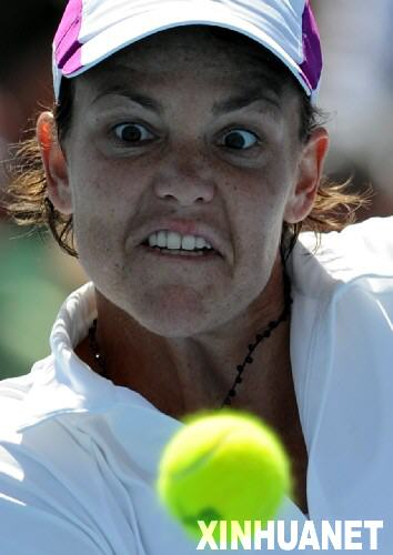 图文:2008澳网公开赛首轮 达文波特比赛中回球