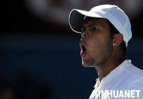 图文:2008澳网公开赛首轮 特松加在比赛中呐喊
