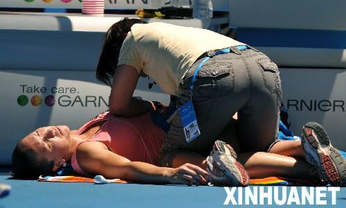 图文:2008澳网首轮 扬科维奇比赛间隙接受治疗