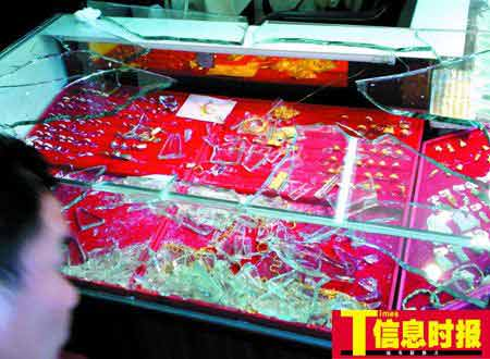 3名歹徒用砍刀砸碎柜台玻璃,掠走六七条金链。时报记者 陈文杰 摄