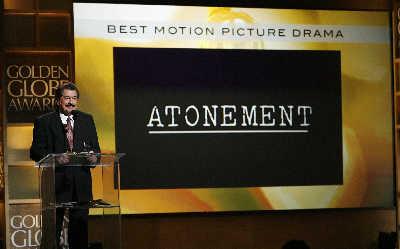 好莱坞外国记者协会主席乔治·卡玛拉宣布剧情类最佳影片奖得主为《赎罪》