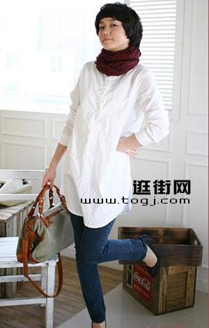 长款中型风格白衬衫搭配紧身牛仔裤是个不错的选择-简单纯白衬衫衣