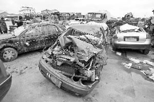 多辆车被撞致严重变形。 快报记者 施向辉 摄