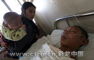 春艳带着1岁半的小女儿守在丈夫病床前