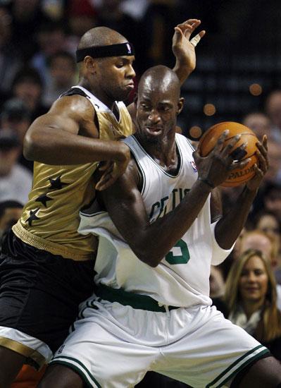 图文:[NBA]奇才VS凯尔特人 加内特强攻霍华德