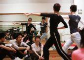 图文:天津奥运啦啦操队艰苦训练 学生接受指导